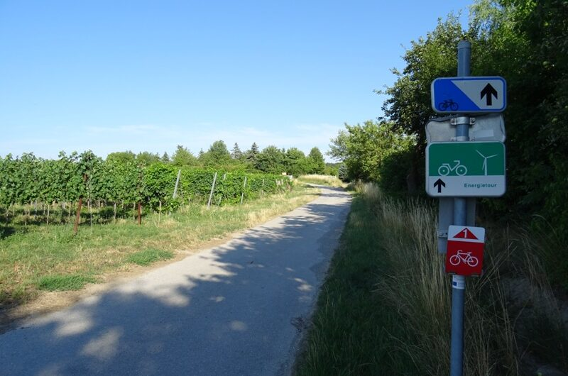 Radwegschilder am Hochleithenweg